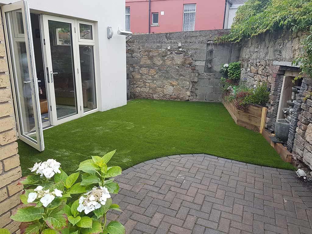 Small garden with artificial grass in Cork